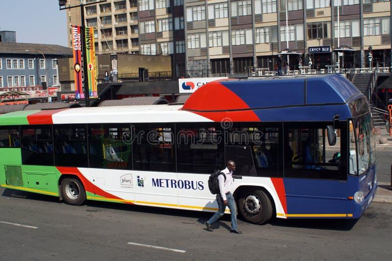 Autobus de ville en place de Gandhi dans le CBD de Johannesburg photo stock