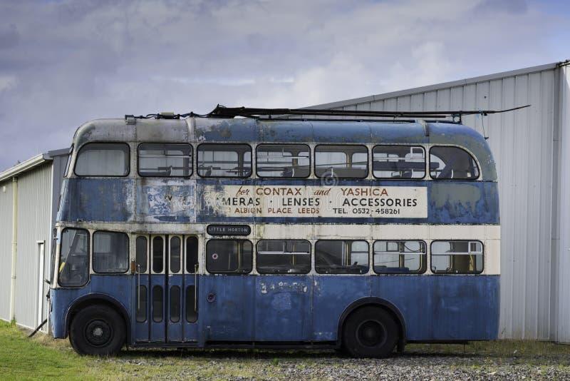Autobus de vintage à la cour images stock