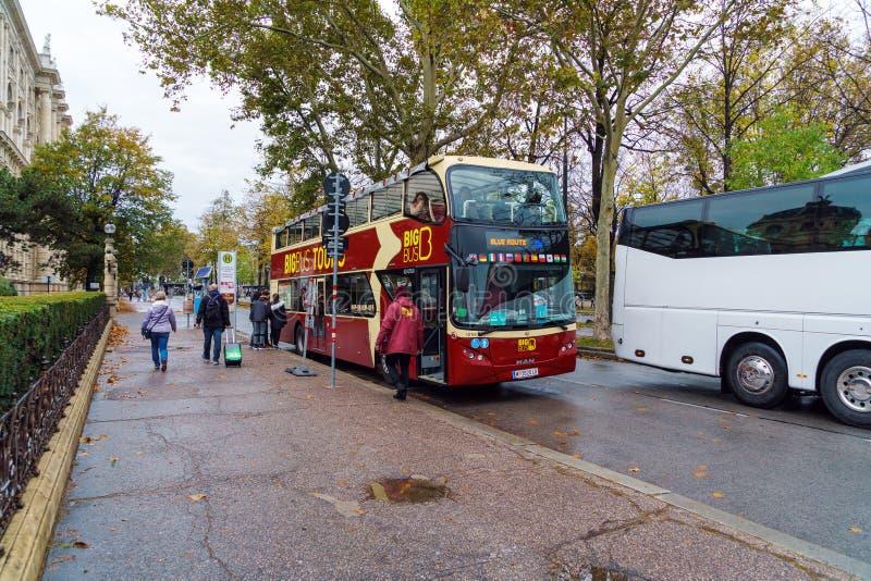 Autobus a due piani per fare un giro turistico della città, Vienna, Austria fotografie stock libere da diritti