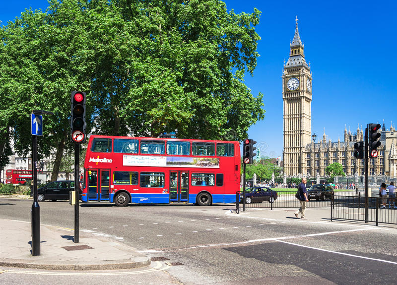 Autobus a due piani rosso davanti a Big Ben Londra, Regno Unito fotografia stock libera da diritti