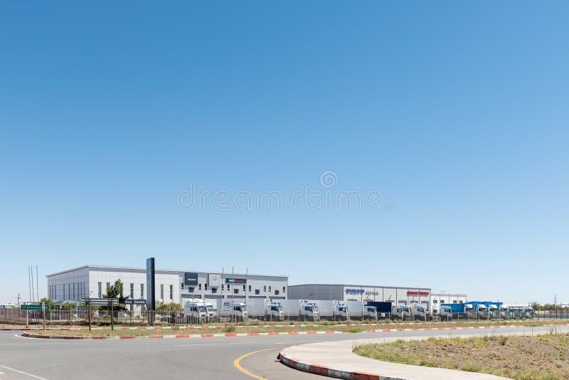 Autobus et détaillant et atelier de camion dans Kwaggafontein, Bloemfonte images libres de droits