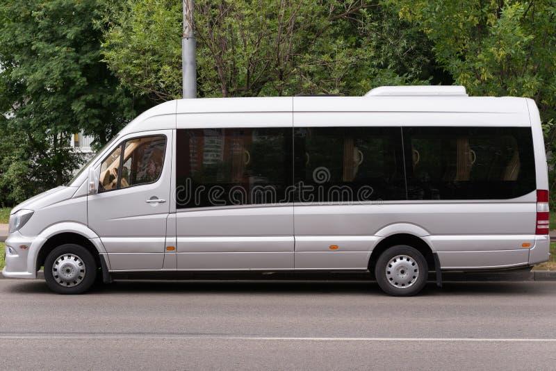 Autobus gris pour le transport de voyageurs du confort accru photos stock