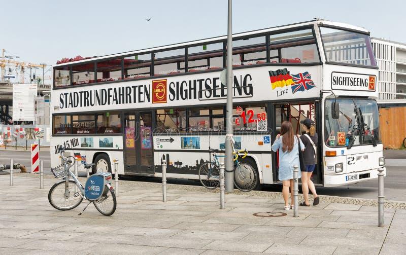 Autobus guidé de Berlin devant la station de train centrale, Allemagne photos stock