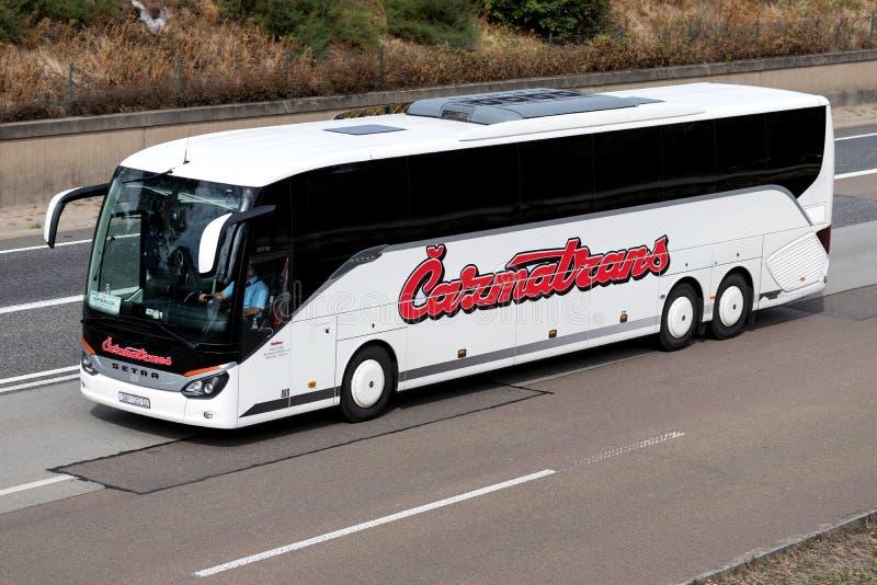 Autobus interurbain de Cazmatrans sur l'autoroute photo stock