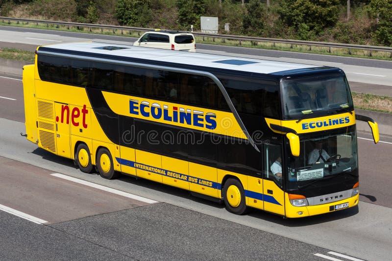 Autobus interurbain Ecolines sur la route image stock