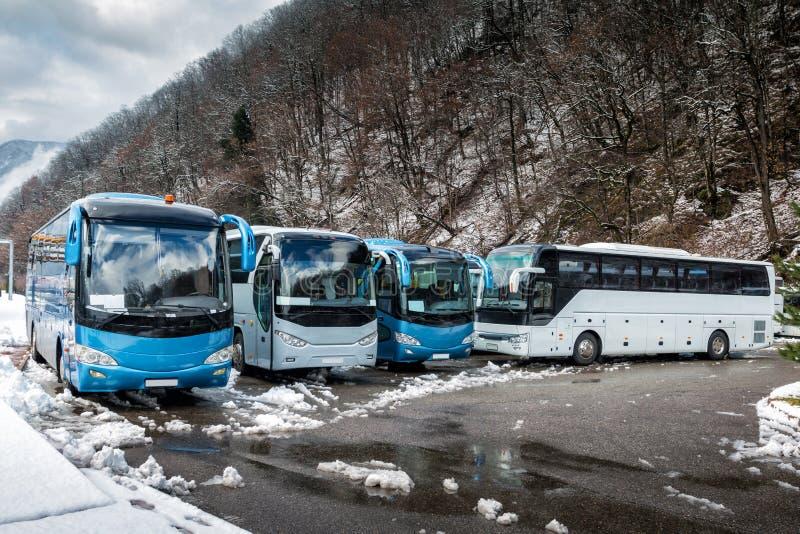 Autobus interurbains garés près de la forêt de montagne à l'hiver photo stock