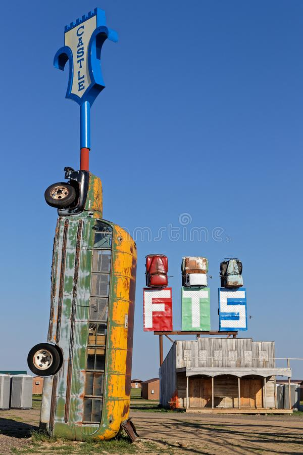 Autobus jako statua przy Pełnej przepustnicy barem obraz royalty free