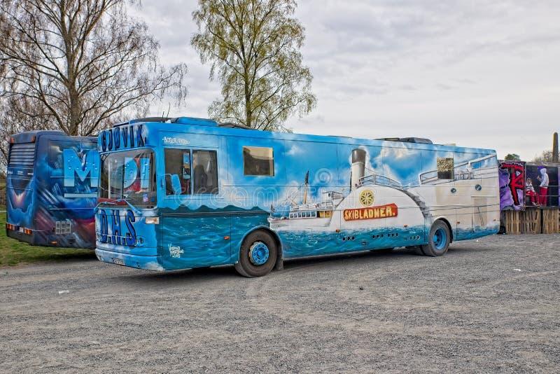 Autobus ou Russebuss de Russ dans la ville de Halden, Norvège - thème d'Aqua photos libres de droits