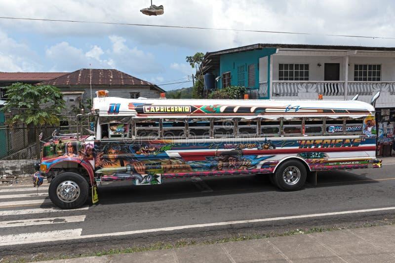 Autobus peint coloré de poulet dans le portobelo Panama image libre de droits