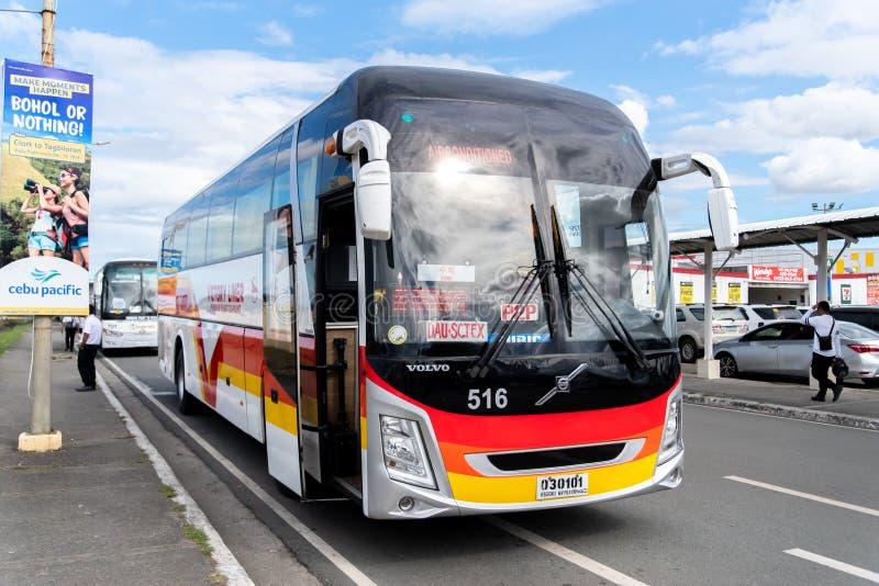Autobus przygotowywać dla odjazdu od Clark Lotniskowego dworca autobusowego, Angeles, Filipiny, Dec 25, 2018 zdjęcia stock
