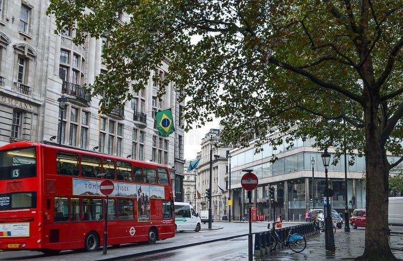 Autobus rouge de rue de Londres, bicyclette, sur le drapeau de bâtiment du Brésil photographie stock libre de droits