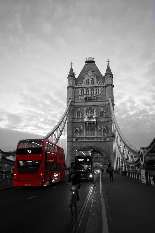 Autobus rouge sur le pont de tour, Londres, Angleterre images libres de droits