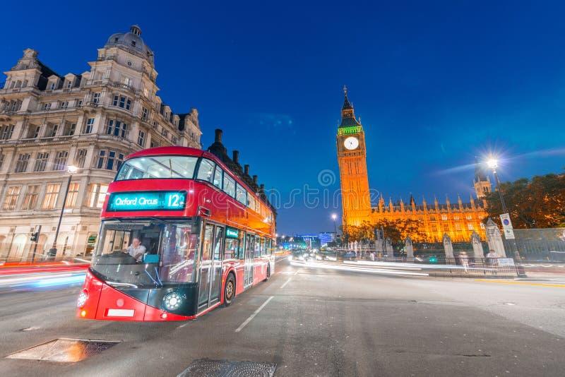 Autobus rouge sur le pont de Westminster la nuit, Londres photographie stock libre de droits