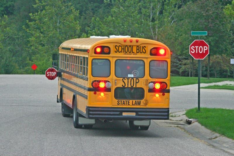 Autobus scolaire au signe d'arrêt photo libre de droits