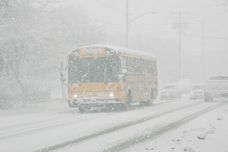 Autobus scolaire dans la tempête de neige image libre de droits