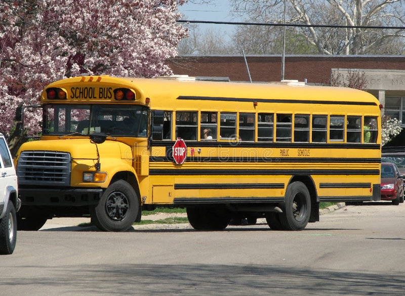 Autobus scolaire jaune photos stock