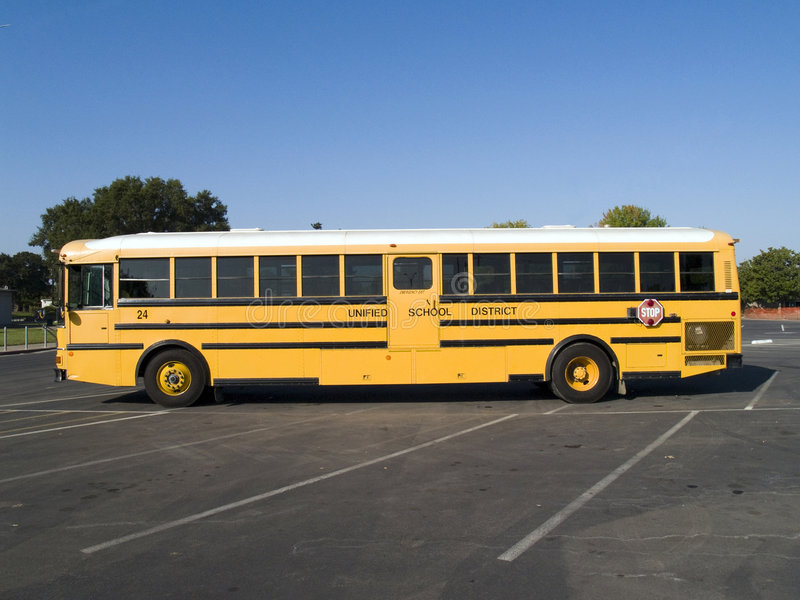 Autobus scolaire jaune dans le parking d'école images libres de droits