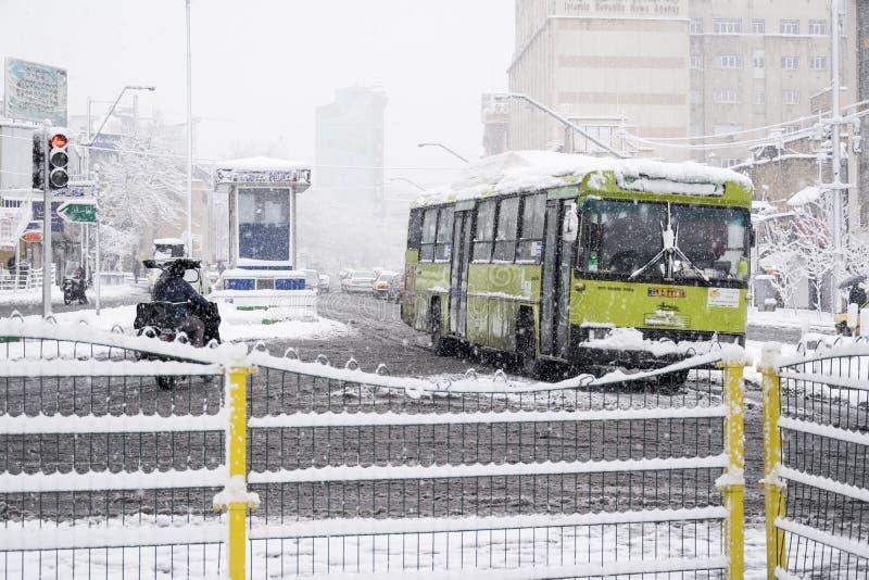 autobus se déplaçant par la rue le jour neigeux photo libre de droits