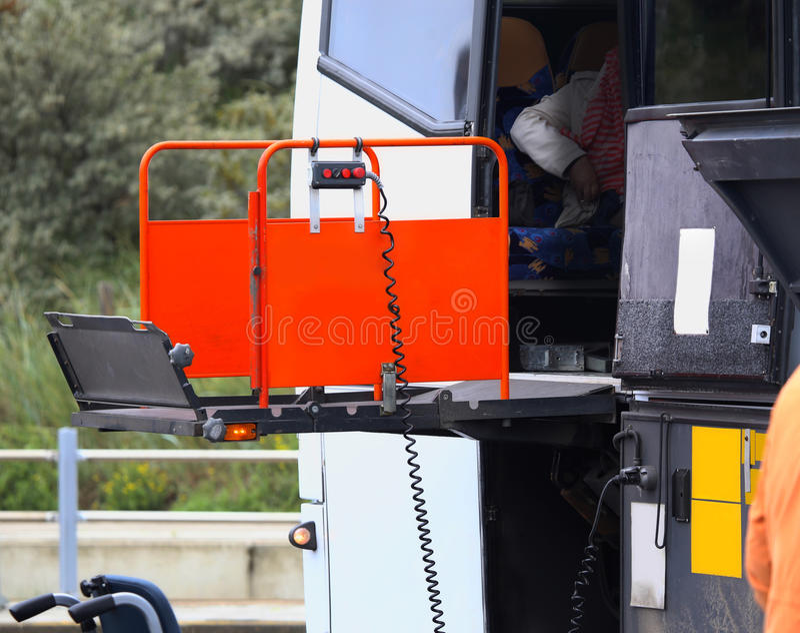 Autobus używać krzesła dźwignięcie dla wózka inwalidzkiego obrazy stock