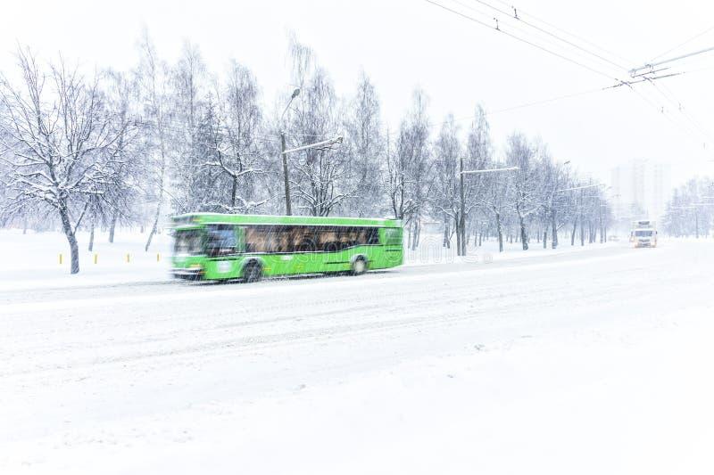 Autobus vert de ville dans la tempête de neige images libres de droits