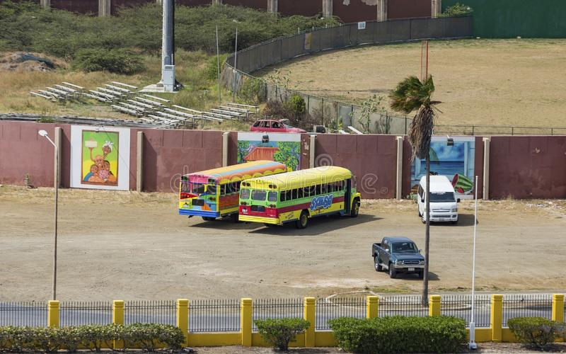Autobuses coloridos en Curaçao imagenes de archivo