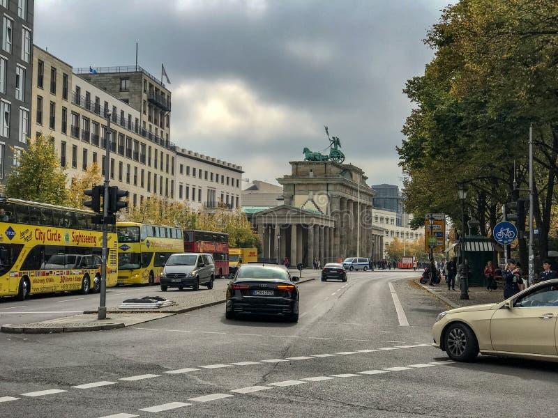 Autobuses de visita turístico de excursión cerca de la puerta de Brandeburgo, Berlín, Alemania imagenes de archivo