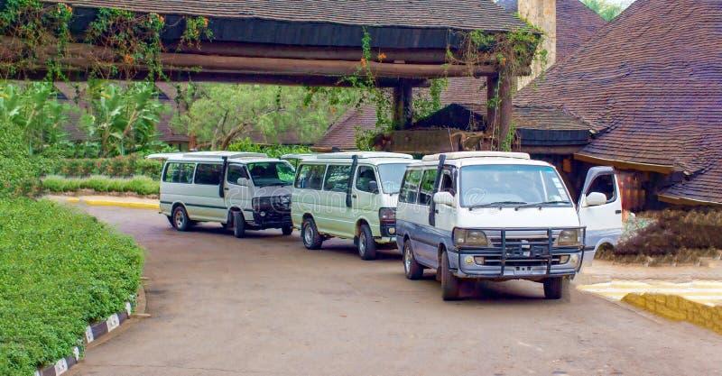 Autobuses del safari cerca del hotel en Kenia imagen de archivo