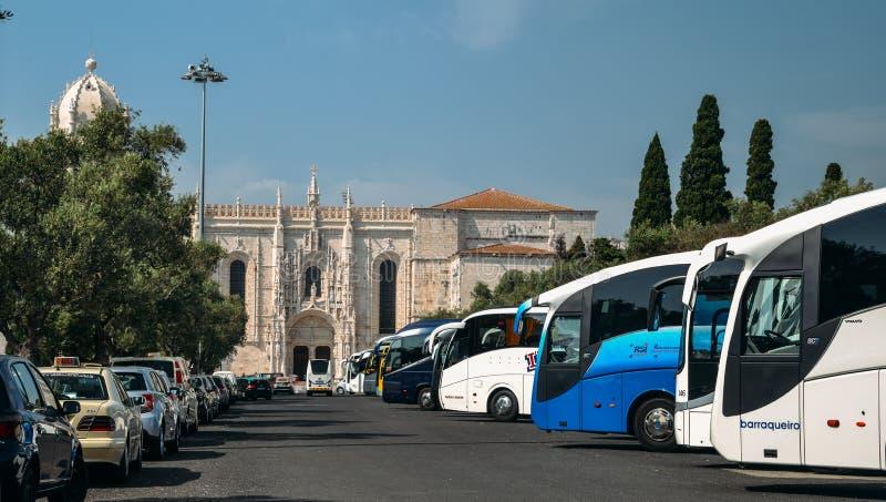 Autobuses del turismo del viaje alineados cerca del monasterio y de la fuente de Hieronymites en Belem, Lisboa, Portugal Overtour imagenes de archivo