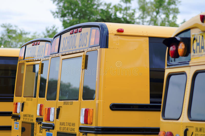 Autobuses escolares clásicos americanos amarillos imagen de archivo