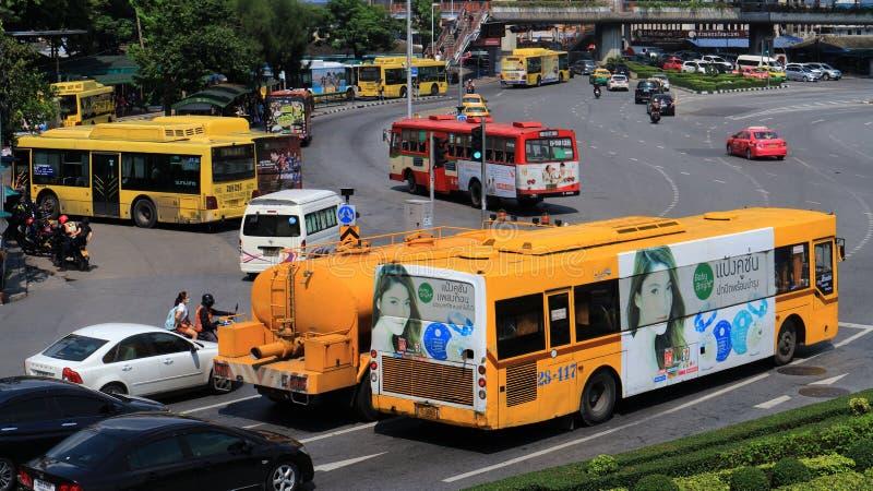 Autobuses, furgonetas, taxis y coches privados imagen de archivo
