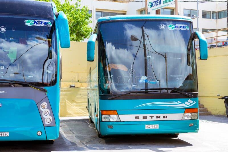 Autobuses interurbanos del pasajero en el término de autobuses Rethymno fotografía de archivo