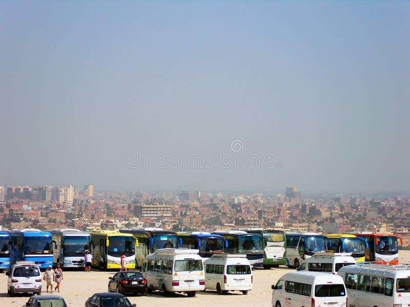 Autobuses - para turistas que esperan cerca de la gran pirámide de Giza en El Cairo, Egipto imagen de archivo