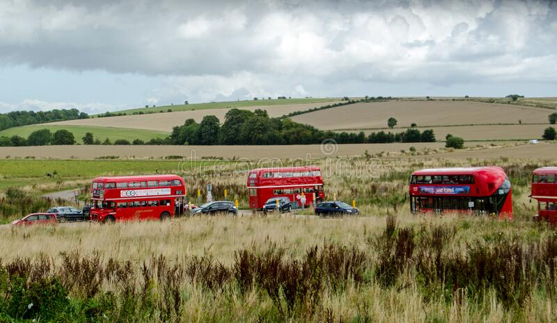Autobuses rojos de Londres en la llanura de Salisbury imagenes de archivo