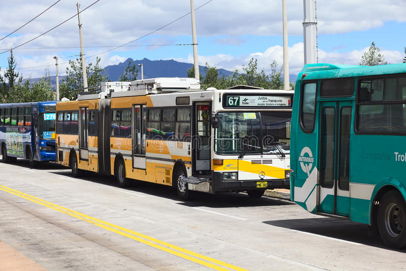 Autobuses urbanos del público fuera de la estación de autobúses de Quitumbe en Quito, Ecuador fotos de archivo