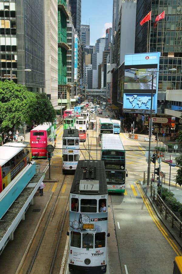 Autobuses y tranvías que viajan en la isla de Hong-Kong fotografía de archivo libre de regalías