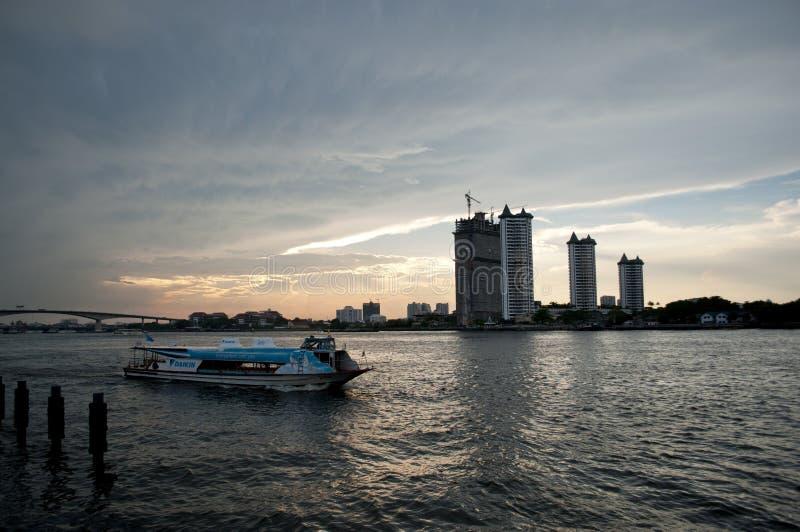 Autobusowe łódkowate przepustki górują na Chao Praya rzece przy zmierzchem w Bangkok, Tajlandia zdjęcie royalty free