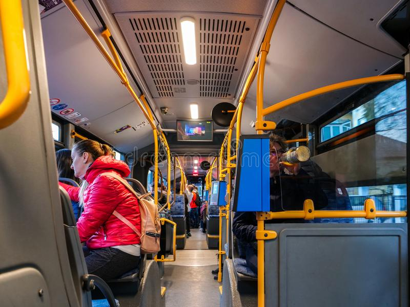 Autobusowy wnętrze z pasażerów podróżować zdjęcie stock