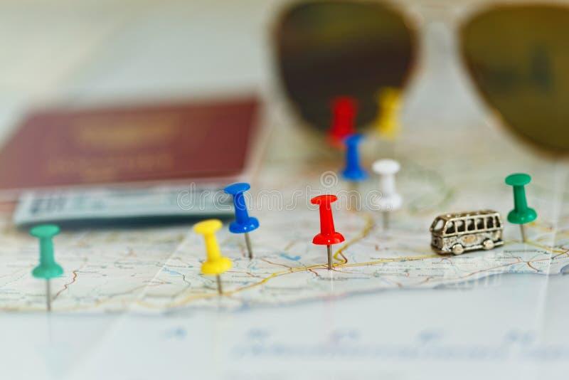 Autobusowy wycieczki pojęcie - mapa z szpilkami i akcesorium obrazy stock