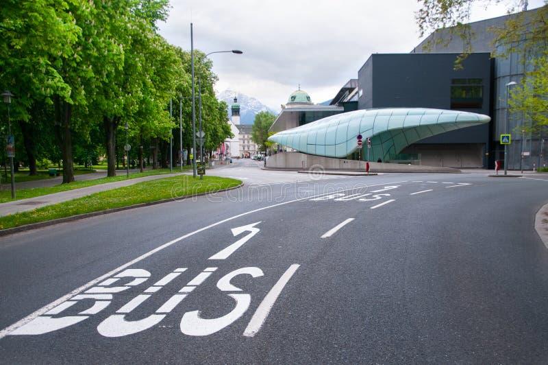 Autobusu znak i transportu społeczeństwa stacja w Innsbruck, Austria obrazy stock