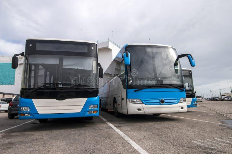 Autobusy parkujący w mieście zdjęcia royalty free
