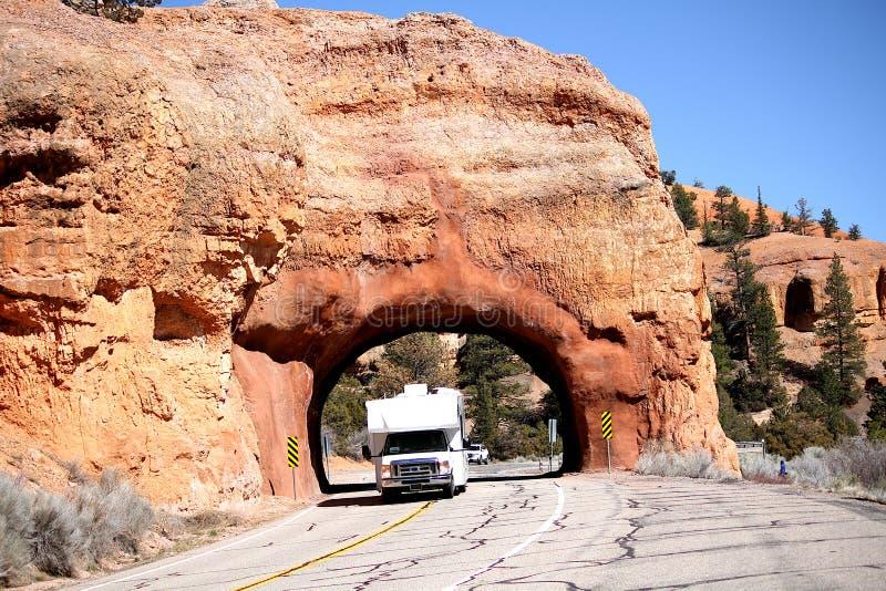 Autocaravana rv que conduce a través de un túnel en Utah fotos de archivo