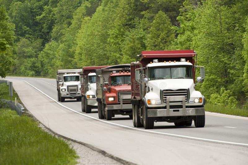 Autocarri con cassone ribaltabile sulla strada principale immagine stock libera da diritti