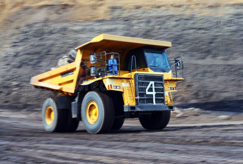 Autocarro con cassone ribaltabile del carbone che funziona duro fotografie stock