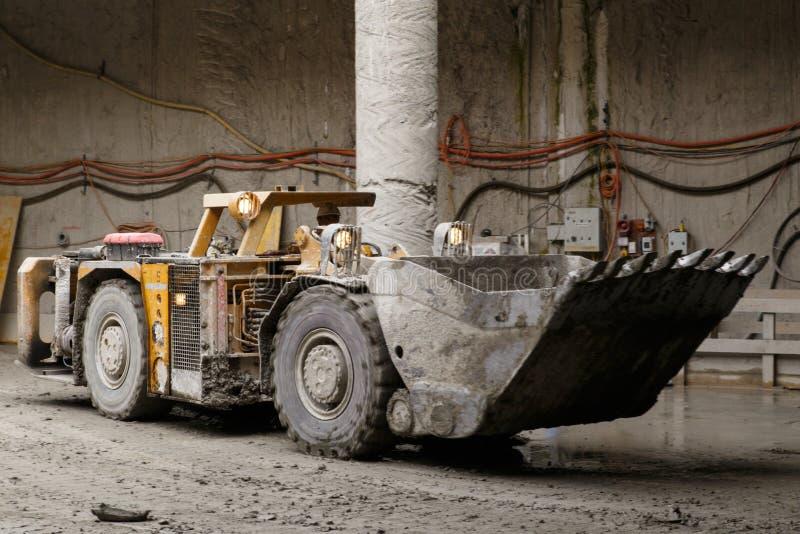 Autocarro con cassone ribaltabile della costruzione del tunnel fotografie stock libere da diritti