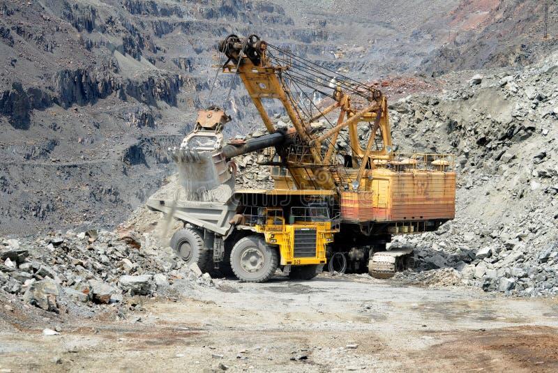 Autocarro con cassone ribaltabile pesante di estrazione mineraria fotografie stock libere da diritti