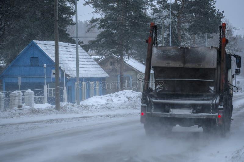 Autocarro su un'autostrada a Karelia immagine stock