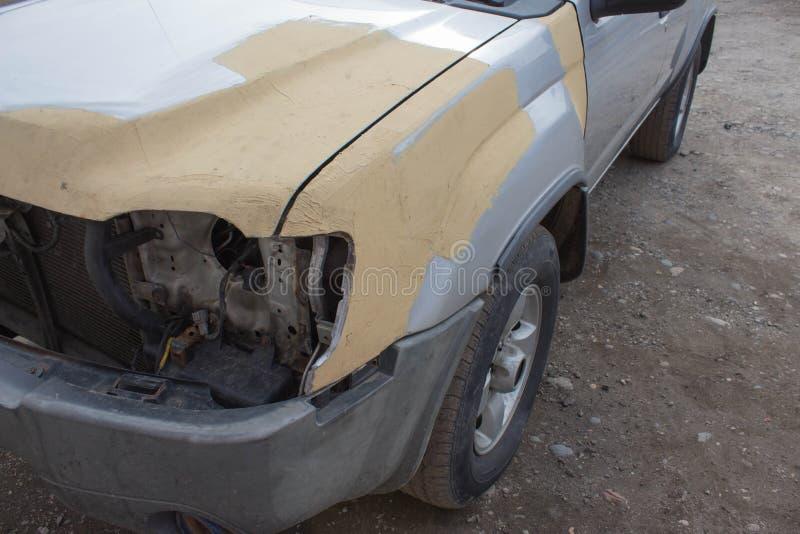 Autocarrosserie na het ongeval De autoreeks die van de lichaamsreparatie - alvorens te schilderen voorbereidingen treffen stock afbeelding