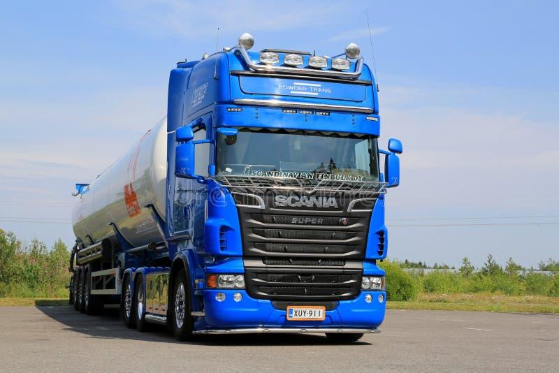 Autocisterna blu di Scania V8 per trasporto alla rinfusa asciutto fotografia stock libera da diritti