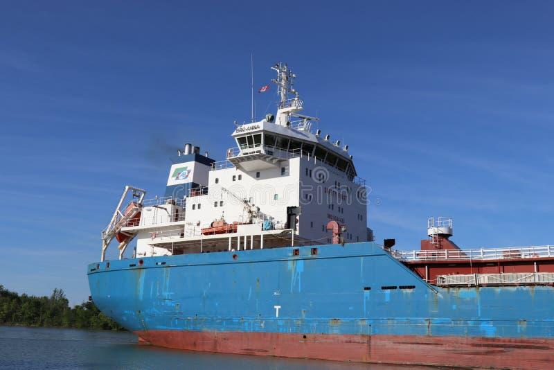 Autocisterna dell'oceano che naviga sul canale del welland fotografia stock libera da diritti