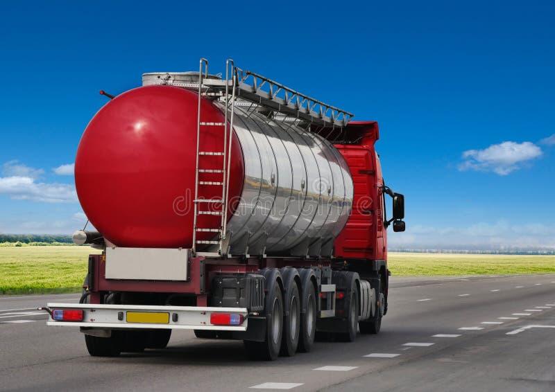 Autocisterna di benzina sulla strada asfaltata, fotografia stock libera da diritti